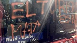 В Барселоне люди в масках напали на автобус с туристами