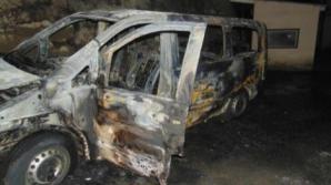 В Киеве неизвестные подожгли микроавтобус с водителем