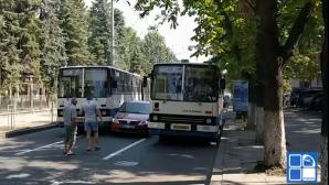 Столичный автобус №26 столкнулся с автомобилем на улице Бэнулеску Бодони
