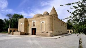 Великобритания вернула Узбекистану похищенную с фасада древнего мавзолея плиту