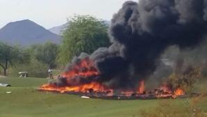 Два человека погибли при падении самолета на поле для гольфа в США