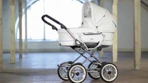Видео: Родители не заметили, как коляска с малышом упала на рельсы