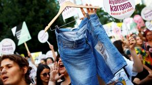 Женщины Стамбула вышли на улицы за право на джинсовые шорты