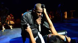 Музыканта R. Kelly обвинили в том, что он взял в плен нескольких фанаток
