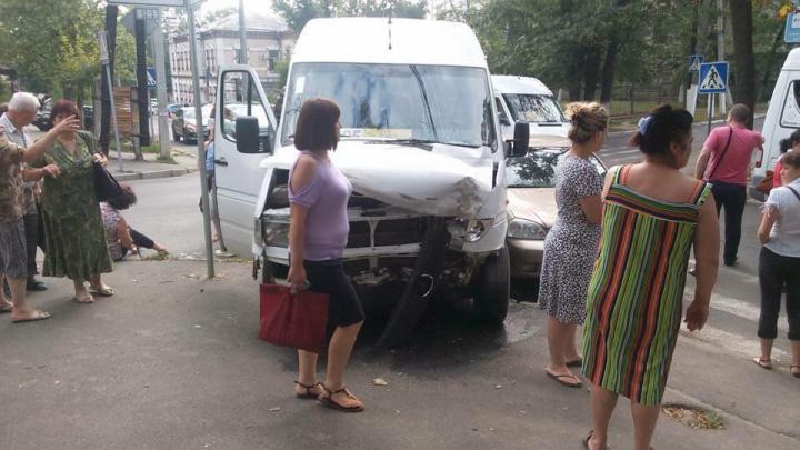 Маршрутка попала в аварию в центре столицы: есть пострадавшие