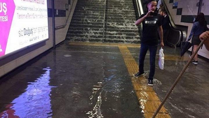Ливни затопили несколько станций стамбульского метро