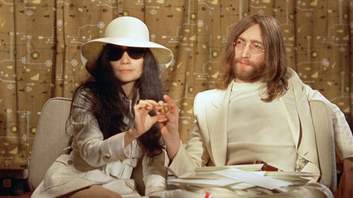 В США продадут пластинку, которую Джон Леннон подписал для своего фаната-убийцы