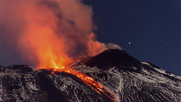 Вулкан на Камчатке выбросил столб пепла на 12 километров