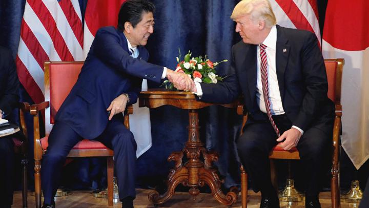 Трамп и Абэ подтвердили друг другу готовность усиливать давление на КНДР