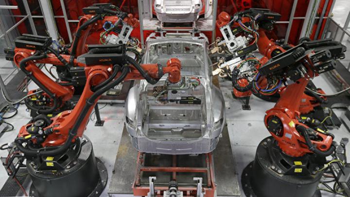 """Первые покупатели получили """"бюджетную"""" модель электрокара Tesla"""