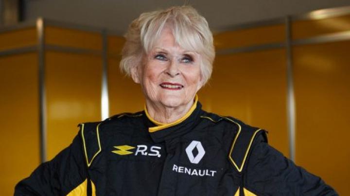 """79-летняя гонщица прокатилась на болиде """"Формулы-1"""""""