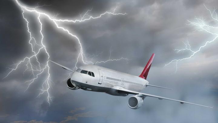 Молния ударила в самолет, летевший в Москву