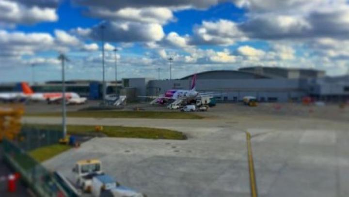 Пассажир летевшего в Лондон рейса пытался открыть дверь в полете