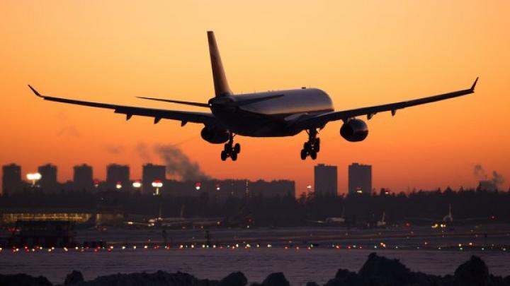 Пассажир авиарейса из США ранил трех человек при попытке попасть в кабину пилота