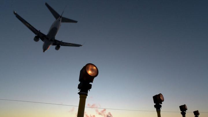 Видео: авиадебошир подрался с полицией после того, как его высадили с самолета