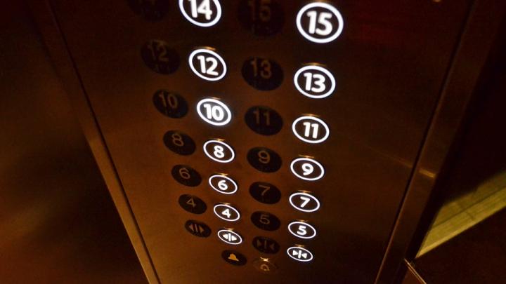 Пожилые супруги сутки просидели в застрявшем лифте