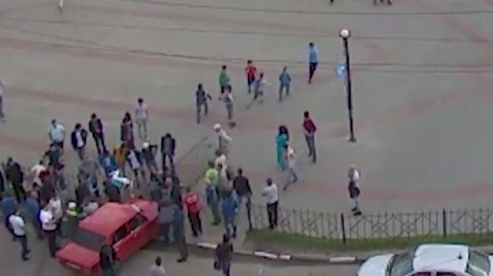 """Видео: гонщик на """"Жигулях"""" протаранил толпу людей в Калуге (18+)"""