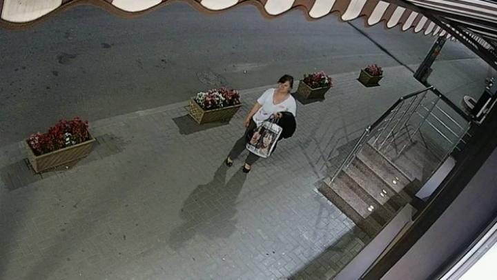 Тяга к прекрасному: Женщина попала на видео в момент кражи цветов с клумбы