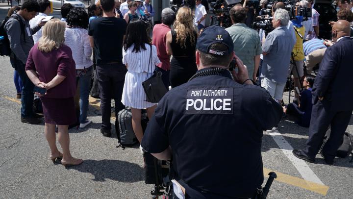 ВСША полицейские под прикрытием устроили стрельбу друг сдругом
