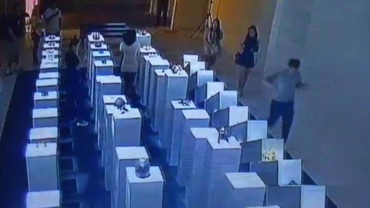 Девушка разбила драгоценные экспонаты, пытаясь сделать селфи в музее