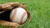 Болельщик случайно попал бейсбольным мячом в фотографа