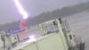 Момент удара молнии в сотрудника американского аэропорта попал на видео