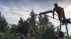 """Видео: Хвастун решил сделать """"солнышко"""" на качелях и улетел головой в забор"""