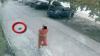 Видео: в столице задержали вора, который украл сумку у водителя, парковавшего автомобиль
