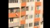 Очевидец снял на видео рабочих, которые выбрасывали мешки с мусором с балкона
