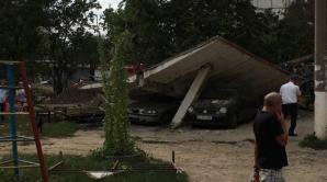 Фото: Стена обрушилась на припаркованные машины в столице