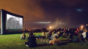 Во дворе Музея археологии и истории организовали кинотеатр под открытым небом