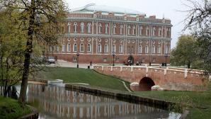 Грудной ребёнок выпал из коляски в пруд на юге Москвы