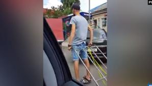 Современные технологии на центральном рынке: парень на гироскутере возит тележки