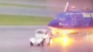 Видео: В сотрудника аэропорта попала молния во время обслуживания самолета