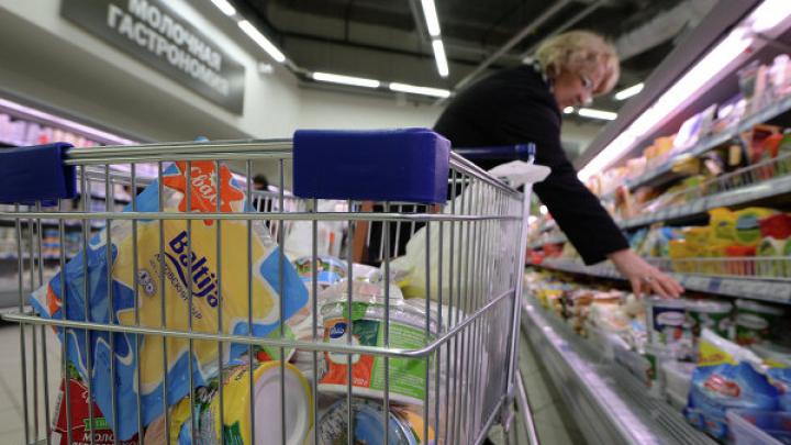 Охранник супермаркета узнал в воровке директора школы: видео