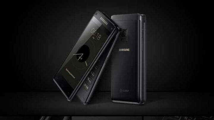"Samsung представила смартфон-""раскладушку"""