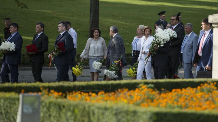 Возложение цветов к памятнику Штефана чел Маре: фоторепортаж