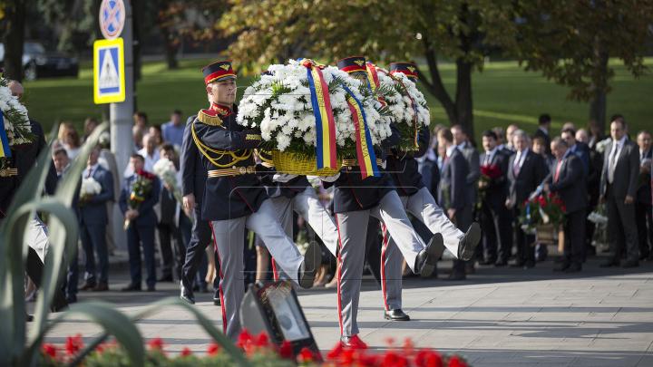 Первые лица страны возложили цветы к памятнику Штефана чел Маре: фото