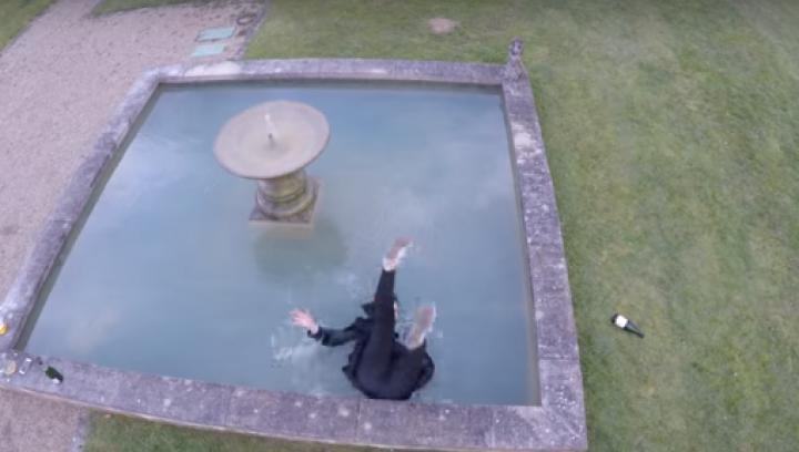 Девушка свалилась в фонтан в попытке состроить подходящее для селфи лицо: видео