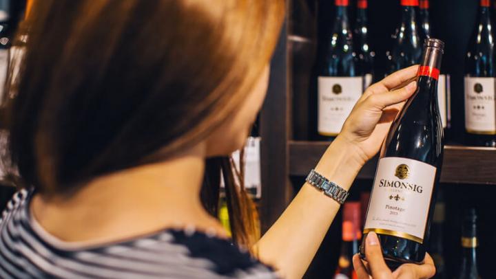 Британцы встали в огромные очереди ради дешёвого вина с распродажи