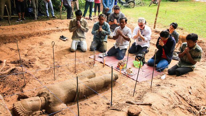 В Камбодже нашли древнюю статую демона–охранника