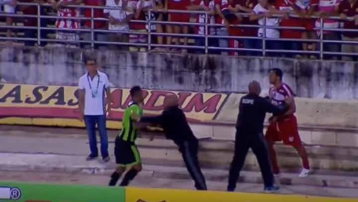 Футболистов в Бразилии разнимали военные полицейские