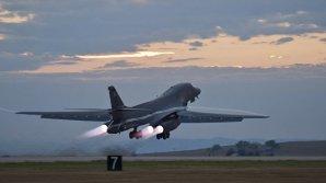 """КНДР показала, как """"уничтожает"""" американские бомбардировщики и авианосец"""