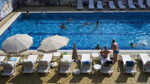 Последний шанс искупаться: кишинёвцы проводят выходные в бассейне