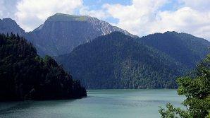 Туристы упали на машине в озеро при попытке сделать селфи в Приэльбрусье