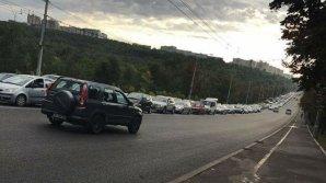 Жуткие пробки на улице Алеку Руссо: светофоры работают в тестовом режиме уже неделю