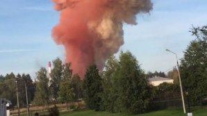 Над горящим химическим складом в Москве поднимается огромный столб розового дыма