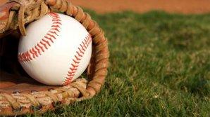 Во время матча бейсбольный мяч попал в голову болельщице