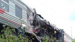 Фото: Вагон поезда разорвало после столкновения с грузовым автомобилем в ХМАО