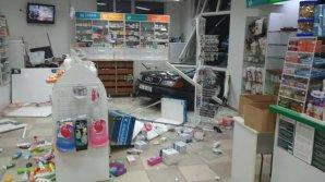 В Бельцах машина на полном ходу влетела в аптеку: фото